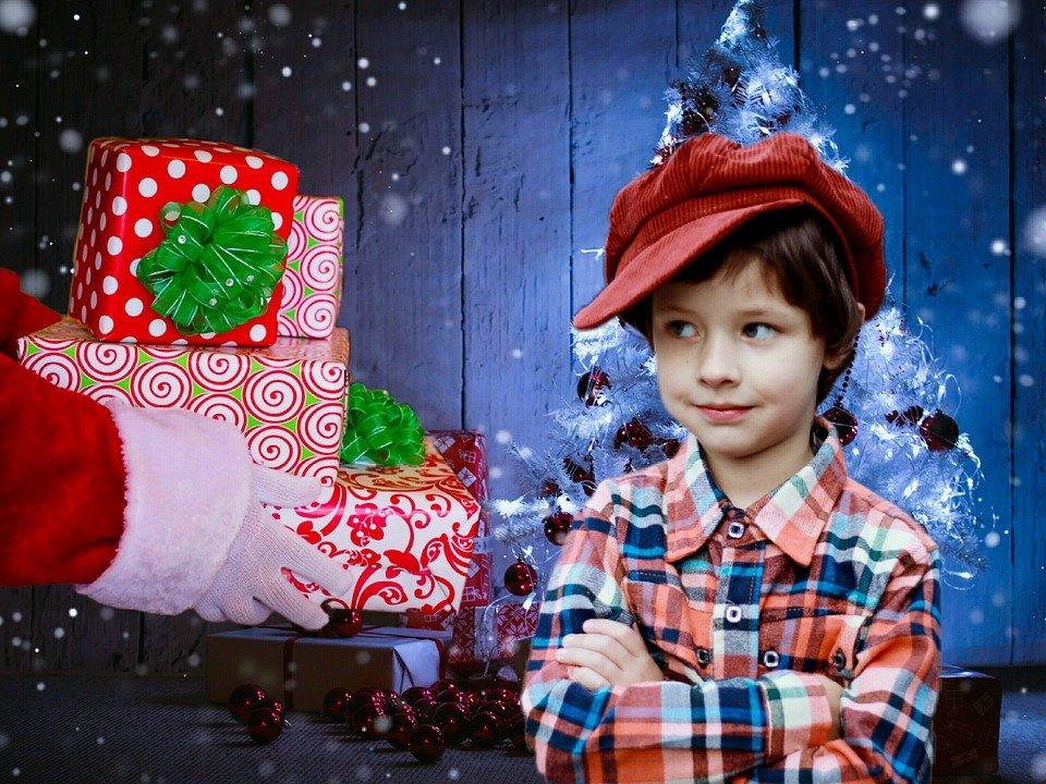 Un enfant reçoit de cadeaux du Père Noël