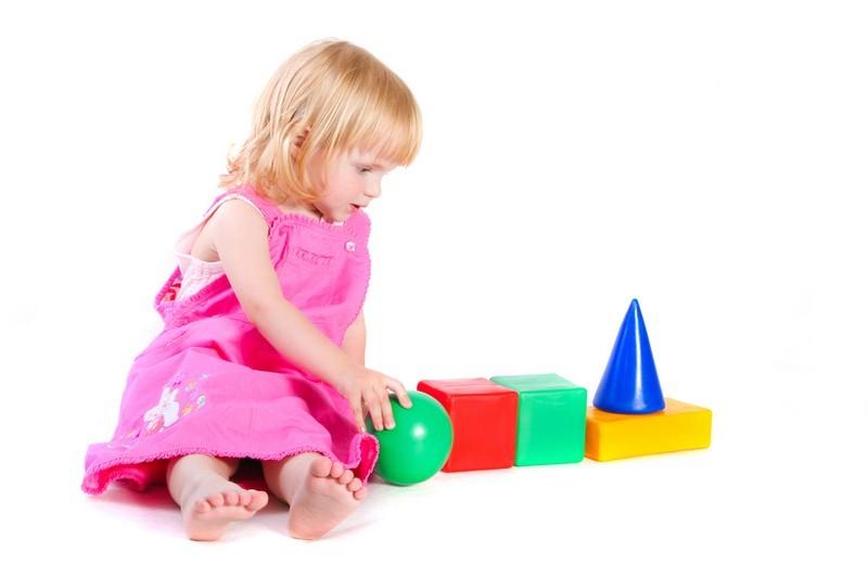 Une petite fille qui joue