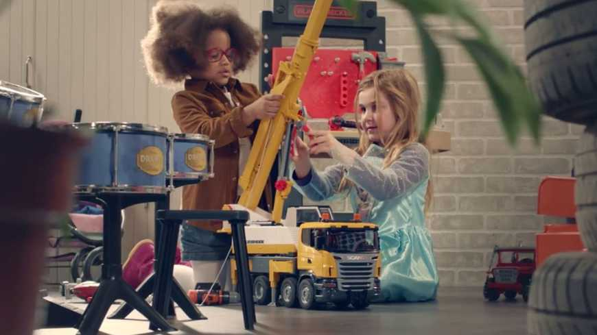 Des filles jouent avec des jeux de construction