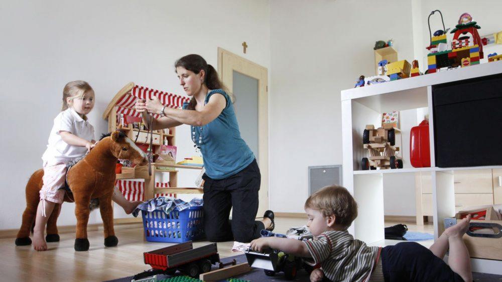 Maman joue avec ses enfants